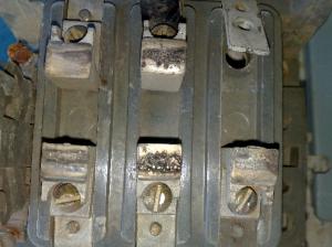 Износы и повреждения аппаратов управления и защиты электрических машин и установок
