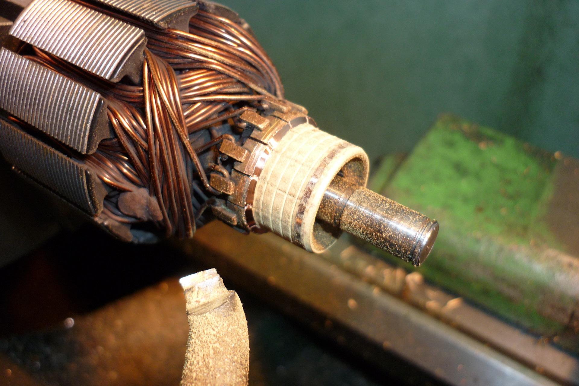 Устройство для испытания материалов скользящих электрических контактов на износ —  su   1022000